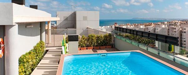 Piscina del hotel para despedidas en Alicante